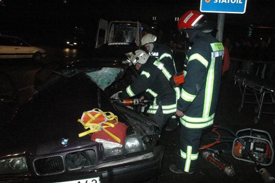 Andriaus Vaitkevičiaus/15min.lt nuotr./Ugniagesiai iš automobilio vaduoja vairuotoją