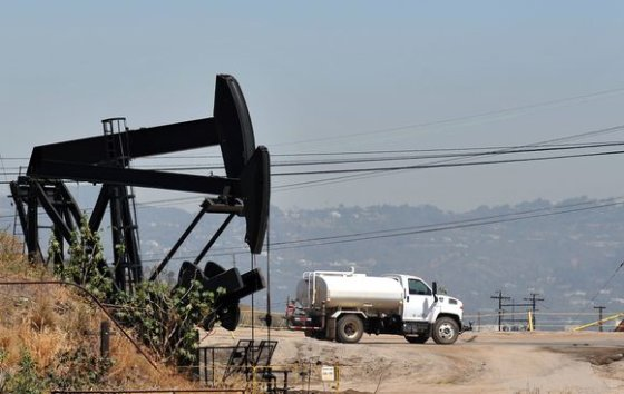 """AFP/""""Scanpix"""" nuotr./Neseniai rekordiškai smukusi naftos kaina vėl šauna į viršų."""