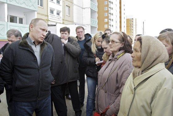 """""""Reuters""""/""""Scanpix"""" nuotr./Vladimiras Putinas kalbasi su Astrachanėje butų netekusiais gyventojais."""