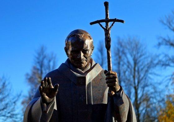Gintaro Šiupario nuotr./Popiežiaus Jono Pauliaus II skulptūra Šiauliuose