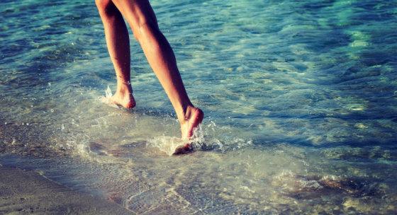 Fotolia nuotr./Moteris bėga jūros pakrante