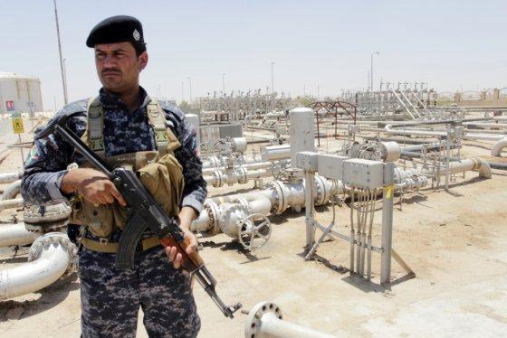 """""""Reuters""""/""""Scanpix"""" nuotr./Naftos policijos pareigūnas saugo Zubairo telkinį Basroje"""