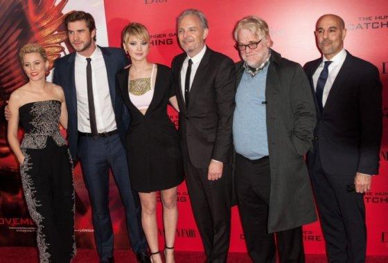 """""""Scanpix""""/""""Sipa Press"""" nuotr./""""Bado žaidynių"""" aktoriai Elizabeth Banks, Liamas Hemsworthas, Jennifer Lawrence, Philipas Seymouras Hoffmanas ir Stanley Tucci su filmo režisieriumi Franciu Lawrence'u (trečias iš dešinės)"""