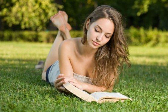 123RF nuotr./Mergina skaito knygą