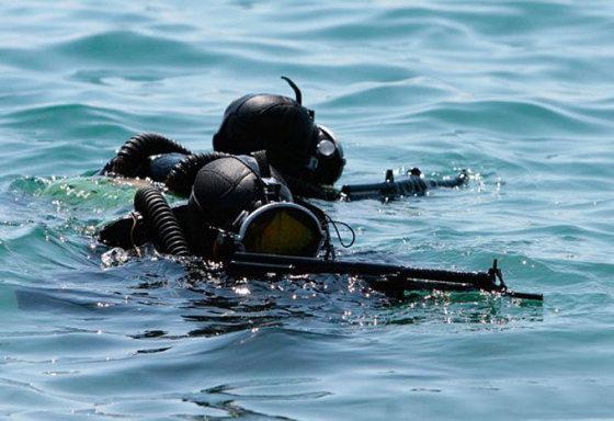 rostec.ru nuotr./Rusijos KJP spec. pajėgų kariai su naujuoju automatu vandenyje