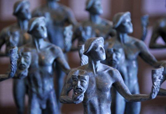 """Aktorių gildijos apdovanojimuose nugalėtojams įteikiamos bronzinės """"Aktoriaus"""" statulėlės"""