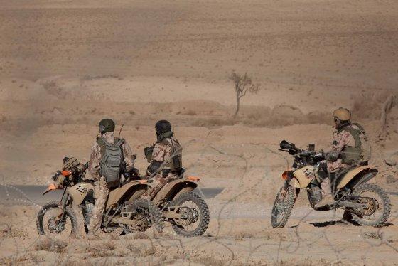 """KAM nuotr./SOP eskadronų """"Aitvaras"""" kariai važiuoja motociklais KTM EXC-R 530"""