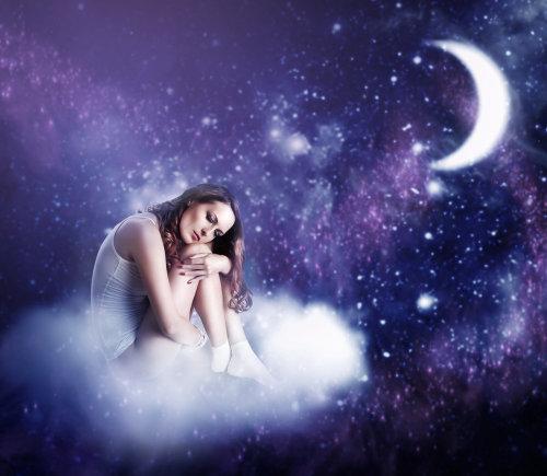 Shutterstock nuotr./Mergina ant debesies.