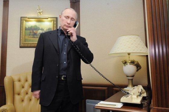 """AFP/""""Scanpix"""" nuotr./Vladimiras Putinas kalba telefonu."""