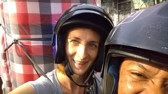 V.Panovaitės nuotr./Su bičiulio Otong pagalba ant motorolerio namo vežuosi čiužinį