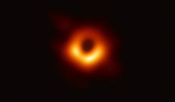 Event Horizon Telescope projekto nuotr./Galaktikos M87 branduolio nuotrauka