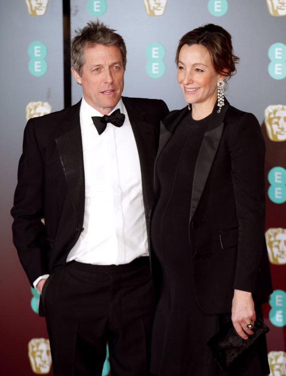 """Scanpix""/""PA Wire""/""Press Association Images"" nuotr./Hugh Grantas ir Anna Eberstein per BAFTA apdovanojimus vasarį"