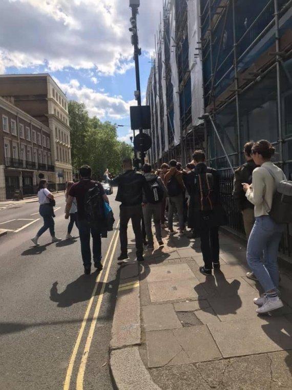 15min skaitytojo nuotr./Eilės prie ambasados Jungtinėje Karalystėje