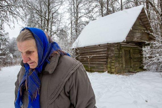 Ponia Irena lanko sodybą gretimame Piesčių kaime, kurioje ji gimė ir užaugo