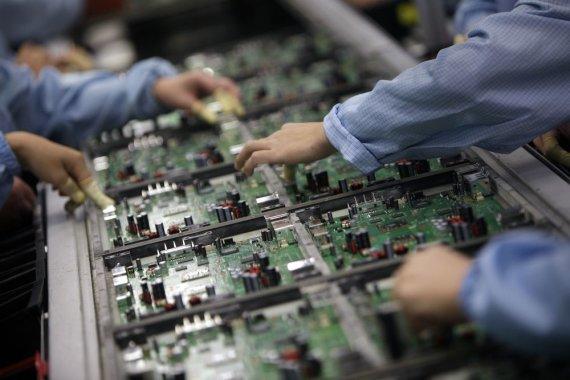 """""""Reuters""""/""""Scanpix"""" nuotr./Elektronikos įrenginių gamykla"""