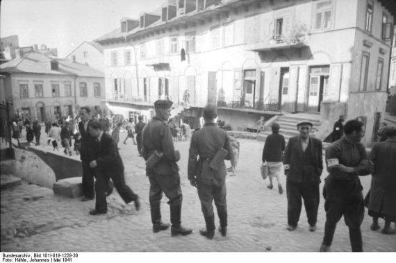 Vokietijos Bundesarchyvo/Wikimedia.org nuotr./Vokiečių kariai Liublino gete (1941 m. gegužė)