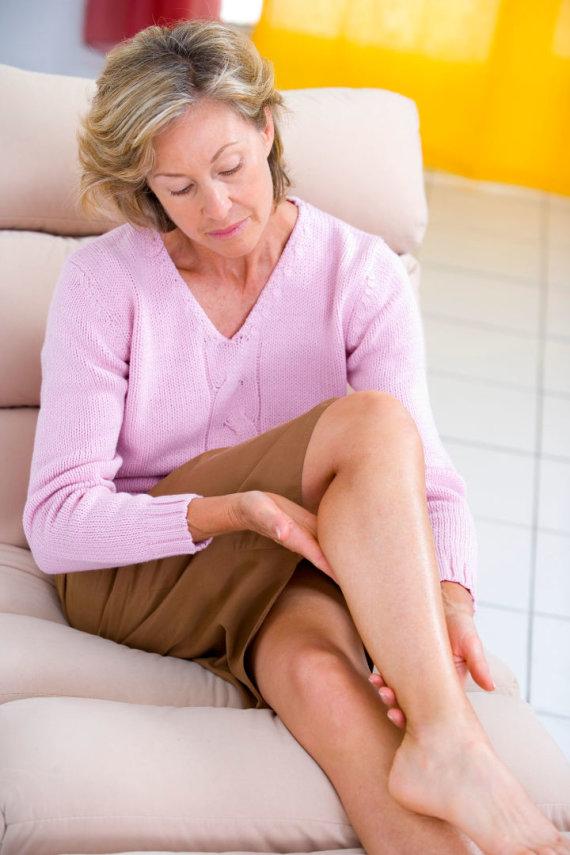 Vida Press nuotr./Moteris masažuoja kojas