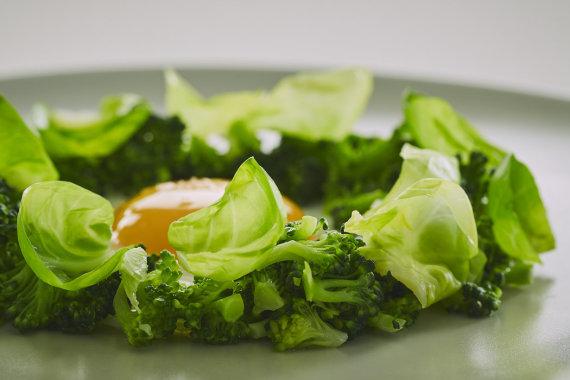 """Knygos """"Balansas: Skanus maistas ir sveikos gyvensenos idėjos aktyviems žmonėms"""" / R. Daškevičiaus nuotr./Keptas kiaušinis su brokoliu"""