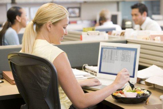 123RF nuotr./Mergina valgo prie kompiuterio