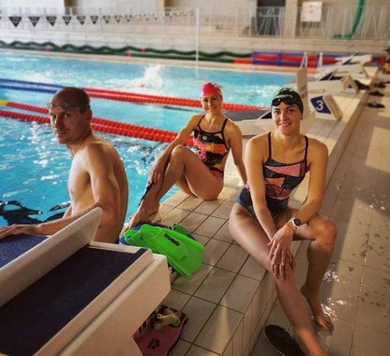 Asmeninio albumo nuotr./Ieva Serapinaitė (dešinėje), Laura Asadauskaitė Zedneprovskienė ir Justinas Kinderis – vėl plaukimo pratybose.