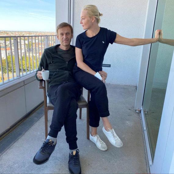 """Reuters""/""Scanpix"" nuotr./Aleksejus Navalnas su žmona Julija ligoninėje"