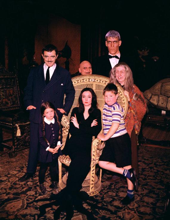 """AOP nuotr./Serialo """"Adamsų šeimynėlė"""" aktoriai Lisa Loring, Carolyn Jones, Kenas Weatherwaxas, Johnas Astinas, Jackie Coogan, Tedas Cassidy ir Blossom Rock"""