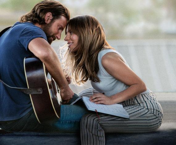 """Kadras iš filmo/ Lady Gaga ir Bradley Cooperis filme """"Taip gimė žvaigždė"""""""
