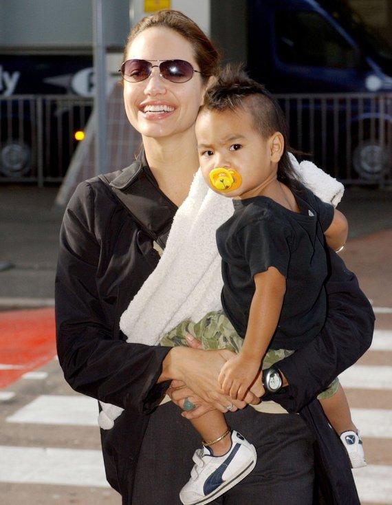 Vida Press nuotr./Angelina Jolie ir Maddoxas (2003 m.)