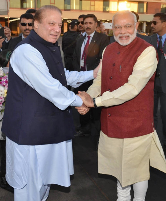 """Scanpix""/AP nuotr./Nawazas Sharifas (kairėje) ir Narendra Modi"