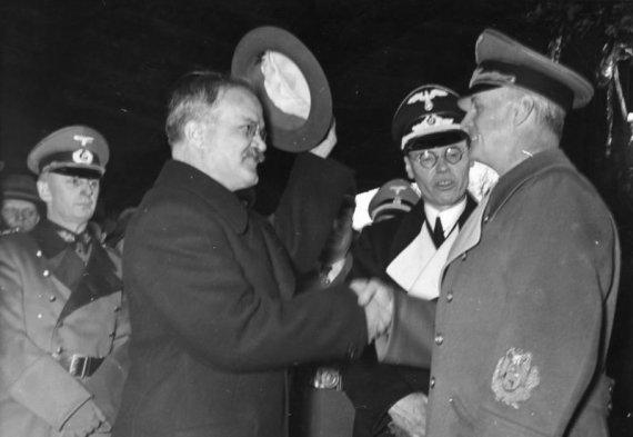 Vokietijos Bundesarchyvo/Wikimedia.org nuotr./Viačeslavas Molotovas sveikinasi su Joachimu von Ribbentropu Berlyne.