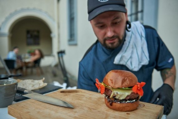 """Organizatorių nuotr. /""""Vilnius Burger Fest"""" aukciono akimirka"""