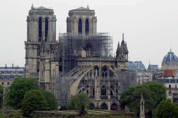 """Reuters""/""Scanpix"" nuotr./Gaisro nuniokota Dievo Motinos katedra"