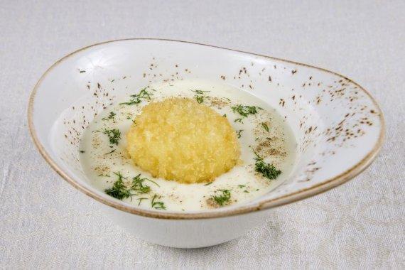 Restorano archyvo nuotr./Kaimiškas kiaušinis su lėtai troškintais svogūnais ir šonine bei bulvių emulsija