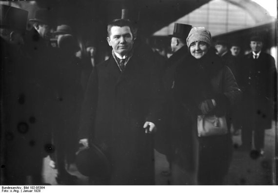 Augustinas Voldemaras su žmona Berlyno stotyje - atvykęs vizito į Vokietiją 1928 m. sausio 1 d.