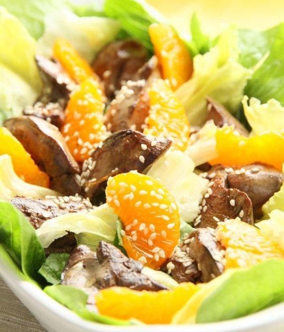 Fotolia nuotr./Vištų kepenėlių ir citrusinių vaisių salotos