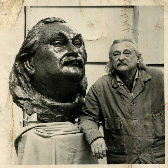VVGŽM nuotr./Žakas Lipšicas prie savo bronzinio biusto, apie 1970 m.