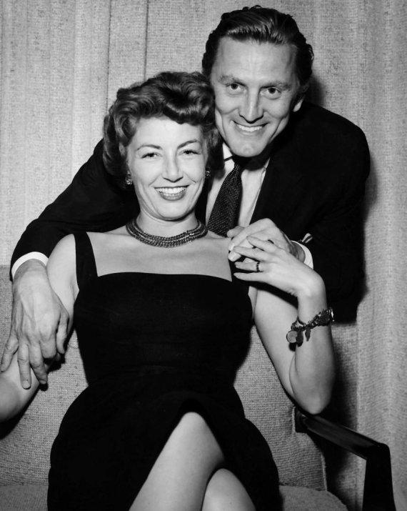 Vida Press nuotr./Kirkas Douglasas su žmona Anne 1954 metais