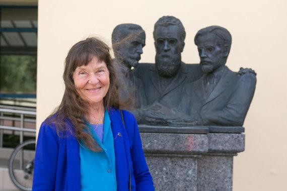 Juliaus Kalinsko / 15min nuotr./Venta Barauskaitė-Leon prie senelio paminklo
