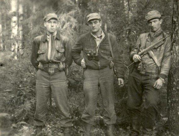 GAM nuotr./Iš kairės: Klemensas Širvys, Juozas Lukša, Benediktas Trumpys. 1950 metų spalis Kazlų Ruda.