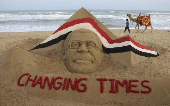 """Reuters""/""Scanpix"" nuotr./Nuversto Egipto prezidento Mohamedo Mursi smėlio skulptūra"
