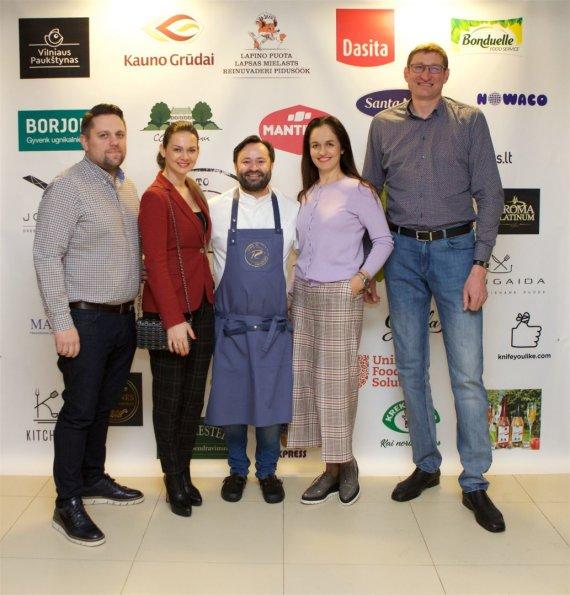 Asmeninio albumo nuotr./Ruslanas Bolgovas (centre) ir Eurelijus Žukauskas su žmona Jolanta