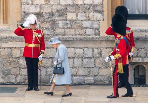 Vida Press nuotr./Vėliavos pagerbimo paradu pažymėtas karalienės Elizabeth II 95-asis gimtadienis