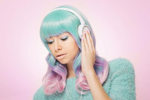 """Shutterstock"" nuotr./Mergina su ausinėmis"