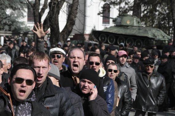 """""""Reuters""""/""""Scanpix"""" nuotr./Prorusiškai nusiteikę protestuotojai Krymo sostinėje Simferopolyje"""