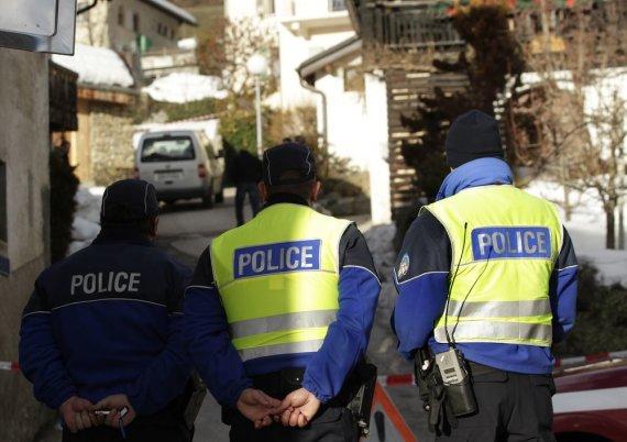 """""""Reuters""""/""""Scanpix"""" nuotr./Šveicarijos policija Dejono kaime, šalia nusikaltimo vietos"""