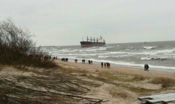 """J. Andriejauskaitės / 15min nuotr./Būrys smalsuolių, susirinko pažiūrėti įstrigusio """"Ocean Crown"""" laivo"""