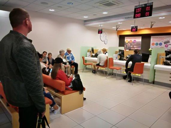 """Karolinos Stažytės nuotr./Eilės """"Swedbank"""" padalinyje Palangoje"""