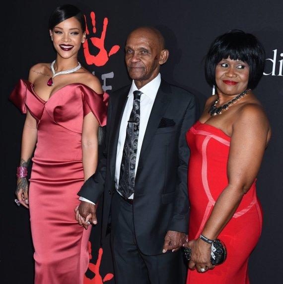 """Scanpix"" nuotr./Rihanna su savo seneliu Lioneliu Braithwaite'u ir mama Monica Braithwaite"
