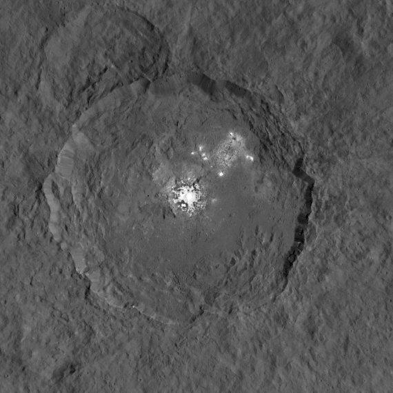 """NASA/Dawn nuotr./Pati ryškiausia ligi šiol daryta Cereros """"šviesulių"""" nuotrauka"""