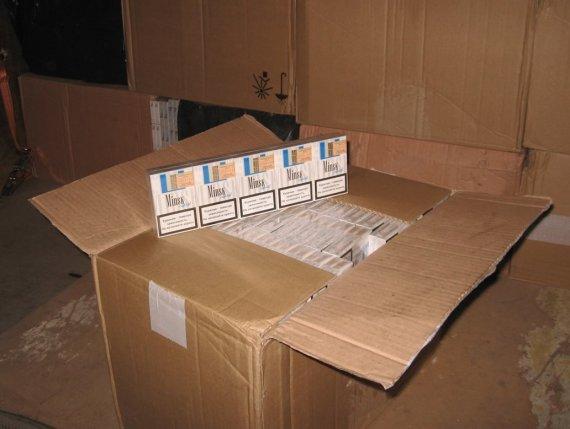 Valstybės sienos apsaugos tarnybos nuotr./Alytiškio krovininiame automobilyje rasti kontrabandiniai rūkalai